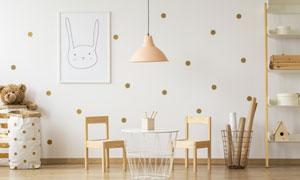 房間吊燈下的茶幾椅子攝影高清圖片