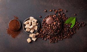 咖啡粉咖啡豆與馬卡龍餅干高清圖片