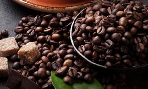 咖啡豆糖塊與一杯咖啡攝影高清圖片