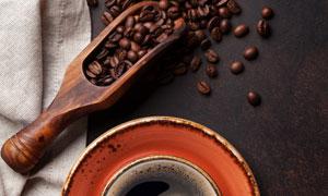 杯子與木勺里的咖啡豆攝影高清圖片