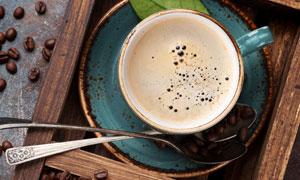 糖塊咖啡豆與一杯濃咖啡等高清圖片