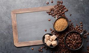 咖啡豆與一塊小黑板等攝影高清圖片