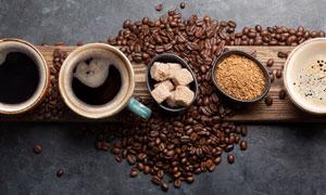 咖啡豆與幾杯咖啡特寫攝影高清圖片