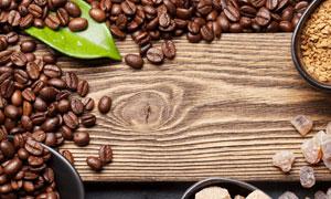 木板上的咖啡豆與糖塊攝影高清圖片