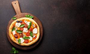 木质托盘上的美味披萨摄影高清图片