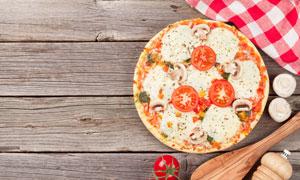 在桌上准备烘焙的披萨摄影高清图片