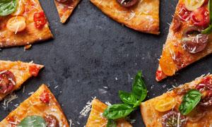 撒奶酪碎并切好的披萨摄影高清图片