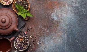 在銹跡金屬板上的茶具攝影高清圖片
