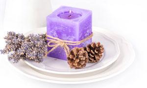 松果薰衣草与紫色蜡烛摄影高清图片