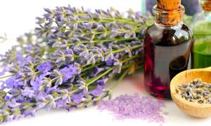 精油瓶子與紫色薰衣草攝影高清圖片