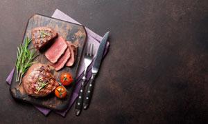 刀叉餐布與砧板上的牛排等高清圖片