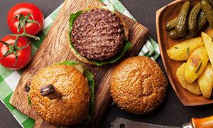 漢堡包肉餅與西紅柿等攝影高清圖片