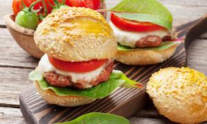 加了肉餅番茄的漢堡包攝影高清圖片