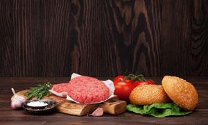 漢堡包番茄與砧板上的肉餡高清圖片
