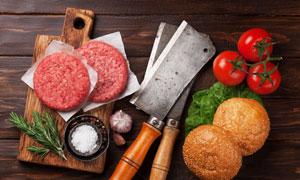 肉餅食材與西紅柿等物攝影高清圖片