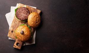 砧板上的肉餅與漢堡包攝影高清圖片