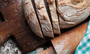 牛奶搟面杖與切成片的面包高清圖片