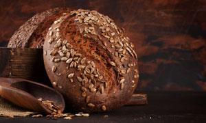 木鏟與深色的面包特寫攝影高清圖片