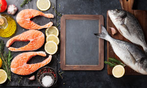 香辛料與鮮魚食材特寫攝影高清圖片