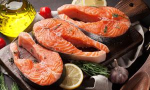 砧板上的三文魚等食材攝影高清圖片