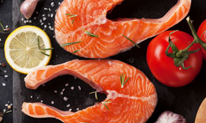 三文魚與西紅柿大蒜等食材攝影圖片
