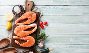 酒瓶木勺與三文魚特寫攝影高清圖片