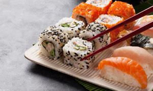 盤子中的美味壽司特寫攝影高清圖片