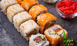 一字排開整齊擺放著的壽司高清圖片