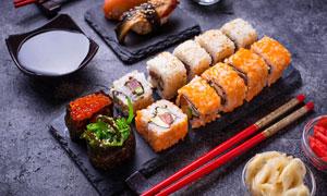 配備醬油擺放著的壽司攝影高清圖片