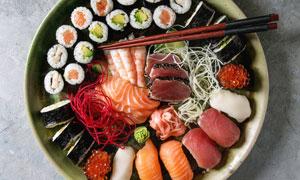 擺放盤子里的壽司刺身攝影高清圖片