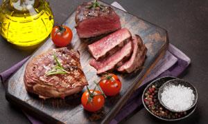 食鹽油壺與切開的牛肉攝影高清圖片