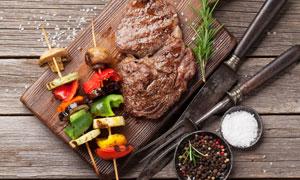 烤串牛排刀叉與調味料攝影高清圖片