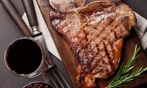 調味品與一塊帶骨牛排攝影高清圖片