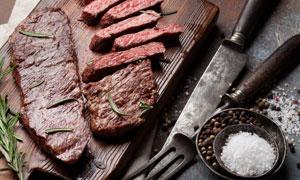 刀叉食鹽與鮮嫩的牛排攝影高清圖片