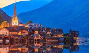 山腳下的湖畔城鎮風光攝影高清圖片