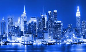 城市建筑與水上的船只夜晚風光圖片