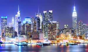 江邊明亮的城市建筑群夜景高清圖片