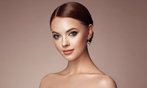 盘发造型抹胸打扮美女摄影高清图片