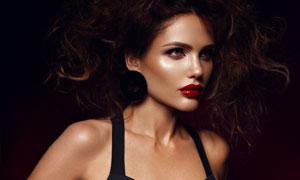 戴耳环的红唇美女模特摄影高清图片