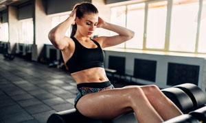 在做健身的馬尾發美女攝影高清圖片