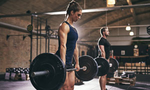 做體能訓練的健身男女攝影高清圖片