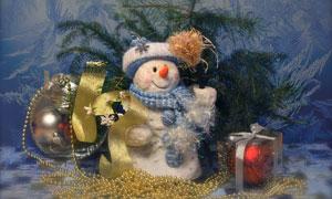 圣誕球與可愛雪人布偶創意高清圖片