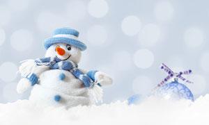 雪地上的雪人與圣誕球攝影高清圖片