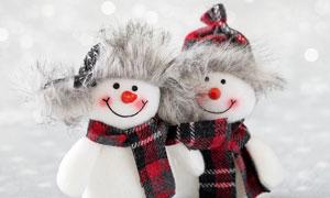 雪地上的兩枚雪人布偶攝影高清圖片