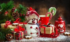 禮物盒松果與雪人創意攝影高清圖片