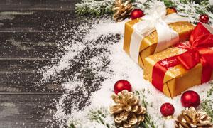 樹枝圣誕球禮物盒特寫攝影高清圖片