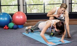 私教一對一指導健身的美女高清圖片