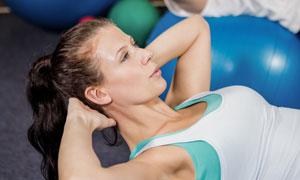 一起做健身运动的男女摄影高清图片