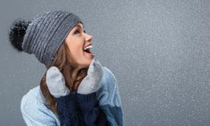 看到雪花时的开心美女摄影高清图片