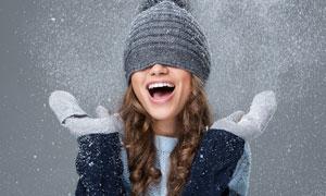 帽子遮住眼感受雪花的美女高清图片